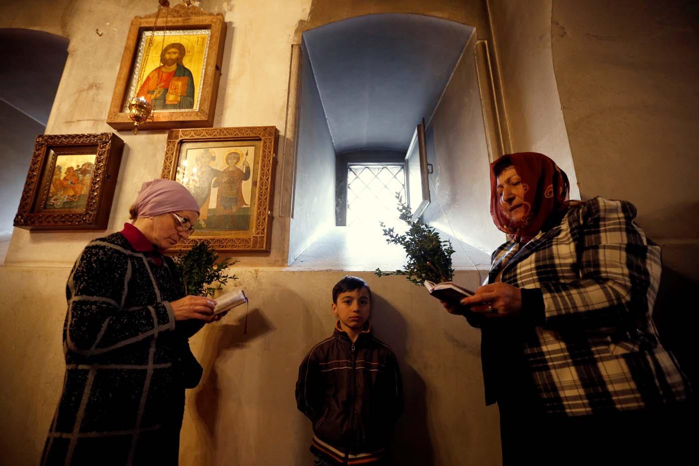 Worshippers attend the Palm Sunday service in Tbilisi, Georgia April 9, 2017. REUTERS/David Mdzinarishvili