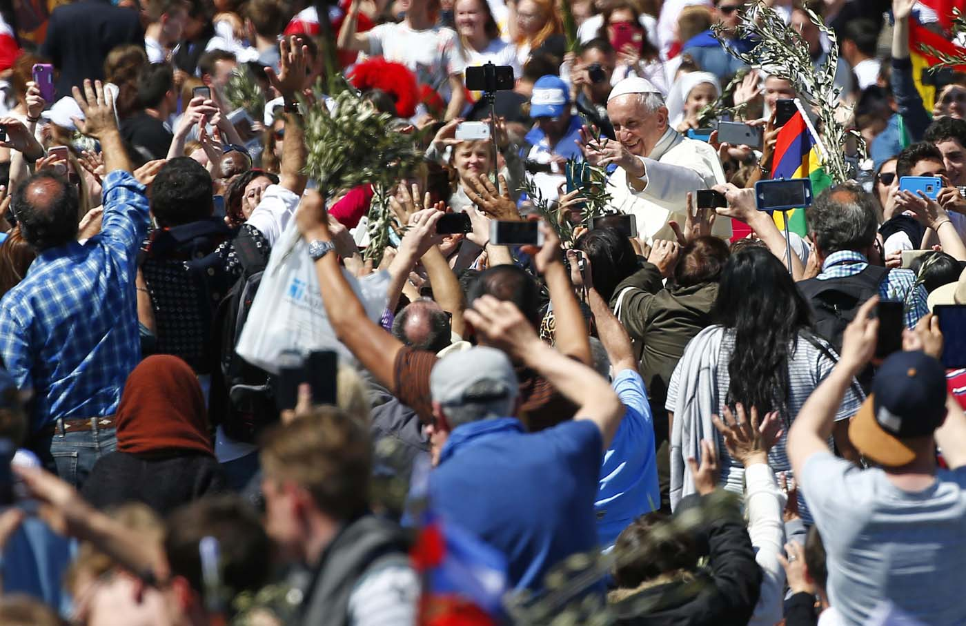 Pope Francis waves at the end of the Palm Sunday Mass in Saint Peter's Square at the Vatican April 9, 2017. REUTERS/Tony Gentile