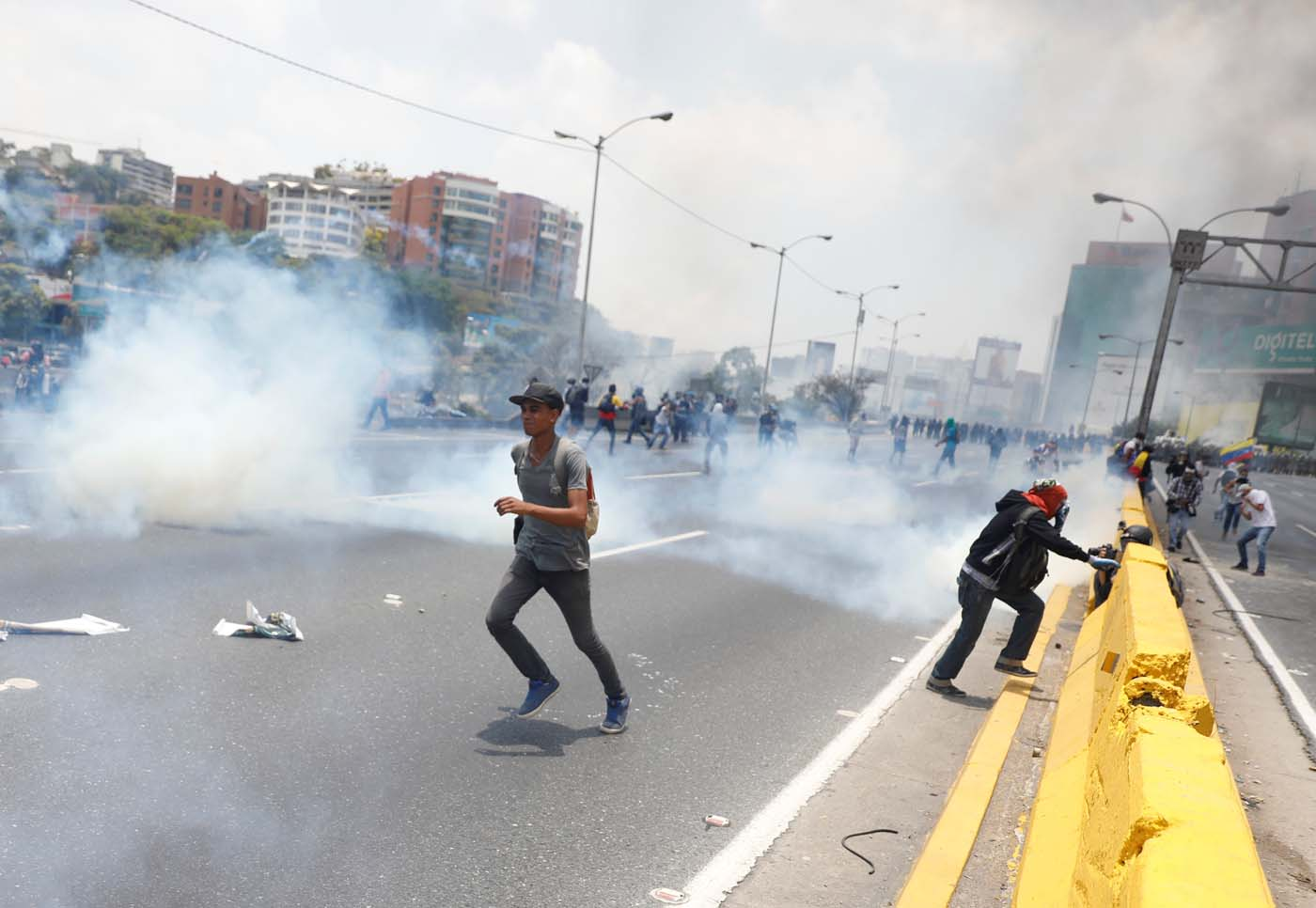 Riot police and demonstrators clash during a rally against Venezuela's President Nicolas Maduro's government in Caracas, Venezuela April 10, 2017. REUTERS/Carlos Garcia Rawlins