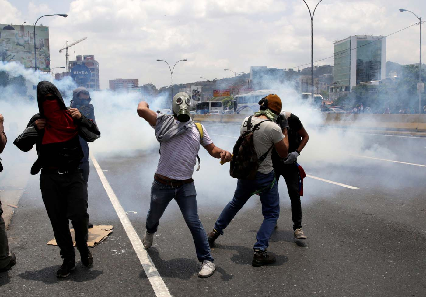 Demonstrators clash with riot police during a rally against Venezuela's President Nicolas Maduro's government in Caracas, Venezuela April 10, 2017. REUTERS/Carlos Garcia Rawlins