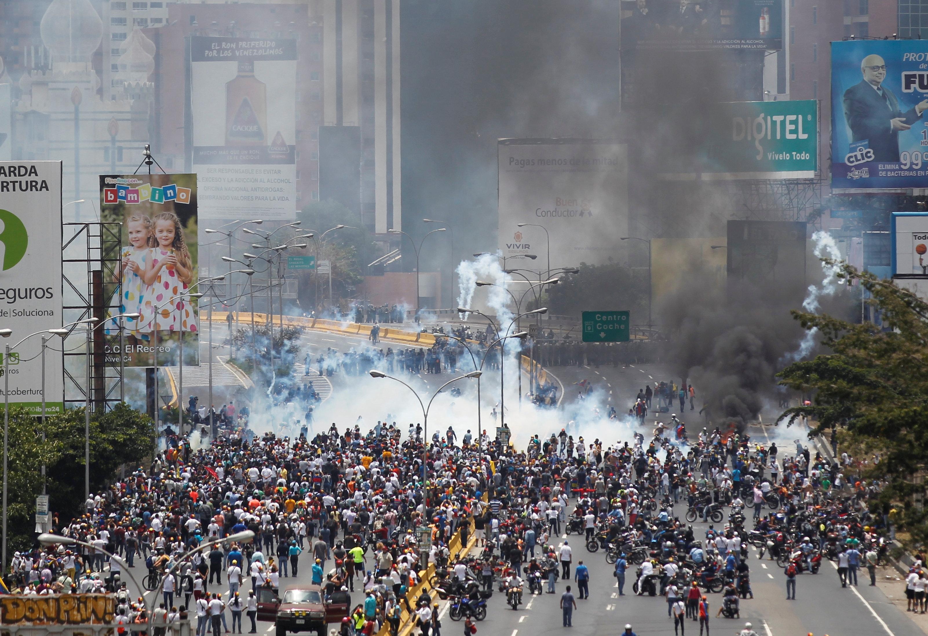 Policías antidisturbios y opositores al Gobierno de Nicolás Maduro enfrentados durante una manifestación en Caracas, abr 10, 2017. Miles de simpatizantes de la oposición venezolana volvieron el lunes a las calles del país petrolero para protestar contra el presidente Nicolás Maduro, al que acusan de haber desvirtuado su gobierno convirtiéndolo en una dictadura.  REUTERS/Christian Veron