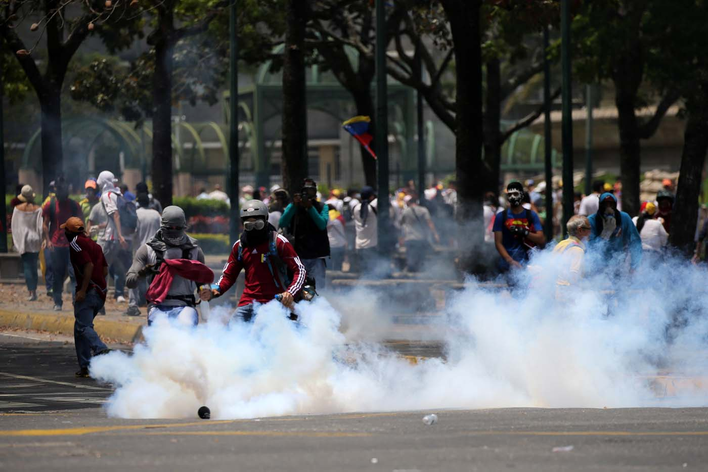 Demonstrators clash with riot police at a rally against Venezuela's President Nicolas Maduro's government in Caracas, Venezuela April 10, 2017. REUTERS/Carlos Garcia Rawlins
