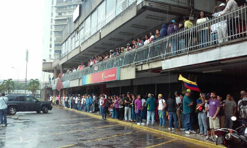 Manifestantes comenzaron a concentrarse cerca de las 11:00 am debido a las fuertes lluvias. Foto: Edgar Alfredo