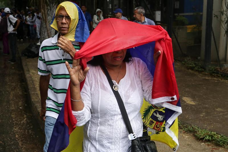 Cientos de personas manifestaron en contra del Gobierno este 13 de abril de 2017, en Caracas. (Foto EFE/Miguel Gutiérrez)