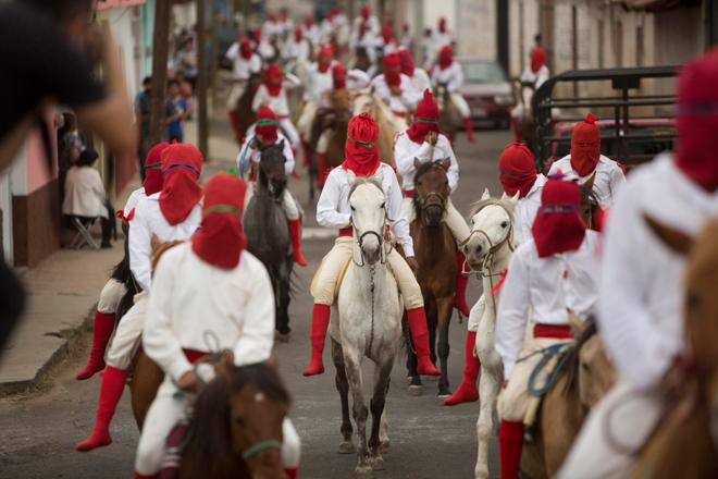 """MEX30.TZINTZUNTZAN (MÉXICO), 13/04/2017.- Habitantes de la población de Tzintzuntzan, en el estado de Michoacán (México), participan de la ancestral búsqueda de Jesús de Nazareth hoy, jueves 13 de abril de 2017, como parte del inicio de las festividades religiosas de semana Santa. Por dos días, los encapuchados llamados los """"Espias"""", buscan por todos los rincones de esta población, comunicándose únicamente con sonidos de silbatos hechos de barro, y son, a decir de los pobladores de esta región, los que traicionaron a Jesús para llevarlo a la crucifixión. EFE/Luis Enrique Granados Cacari"""