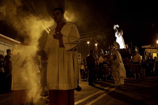 SJS07- SAN JOSÉ (COSTA RICA), 13/4/2017- Feligreses católicos participan hoy, jueves 13 de abril de 2017, en la procesión del Silencio, como parte de las actividades de la Semana Santa, en la localidad de Llano Grande de Cartago, al este de San José (Costa Rica). EFE/Jeffrey Arguedas