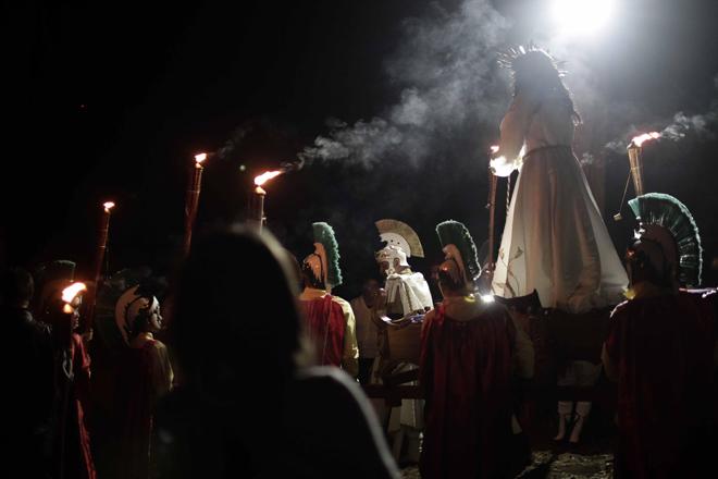 SJS012- SAN JOSÉ (COSTA RICA), 13/4/2017- Feligreses católicos participan hoy, jueves 13 de abril de 2017, en la procesión del Silencio, como parte de las actividades de la Semana Santa, en la localidad de Llano Grande de Cartago, al este de San José (Costa Rica). EFE/Jeffrey Arguedas
