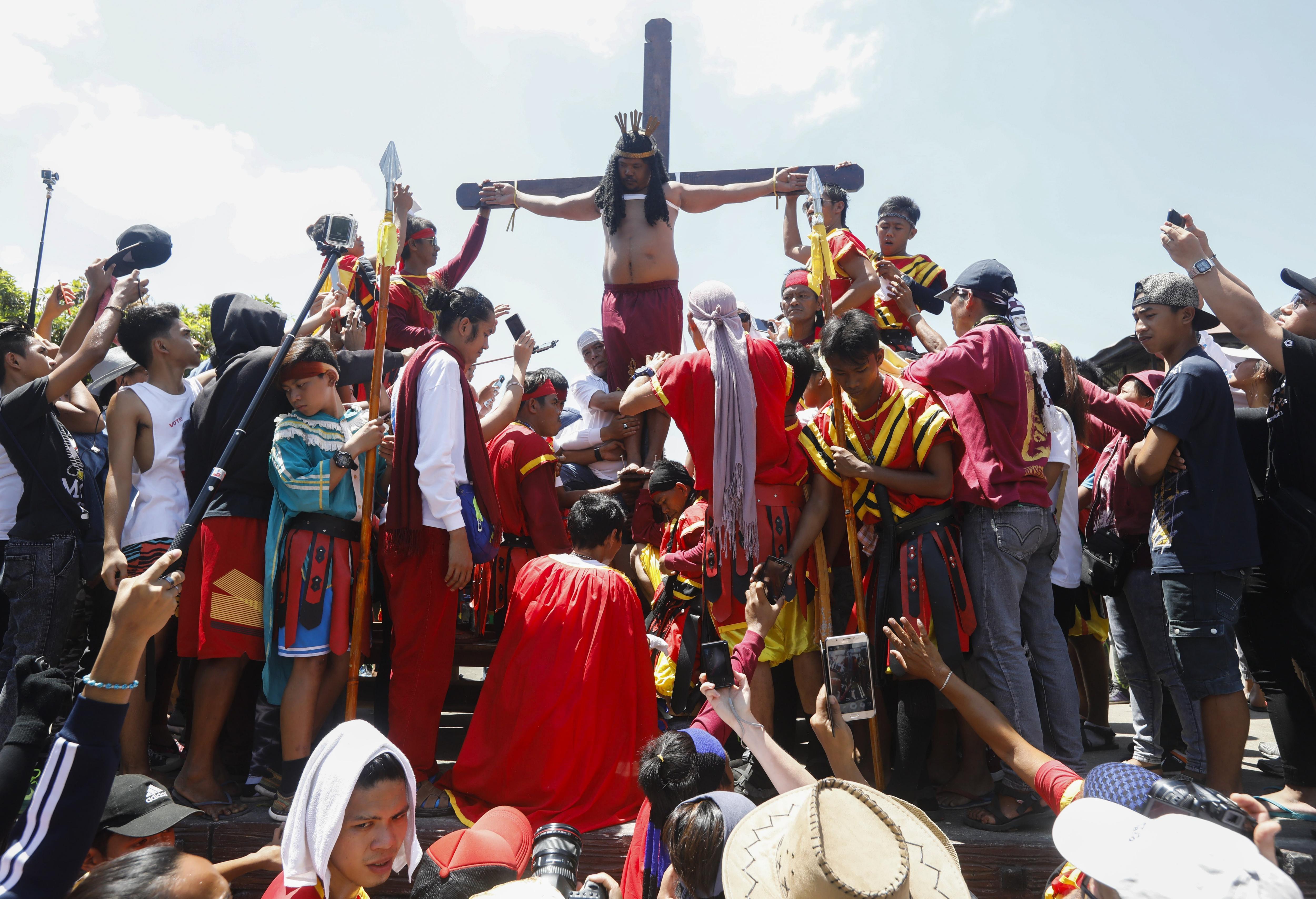 """ROL05 MALOLOS (FILIPINAS) 14/04/2017.- Un penitente filipino es crucificado en público para recordar el sufrimiento de Cristo durante la celebración del Viernes Santo en el norte de Manila (Filipinas), hoy, 14 de abril de 2017. Más de diez devotos son crucificados hoy frente a decenas de miles de fieles en esta ciudad al norte de Manila, entre ellos el llamado """"Jesucristo de Pampanga"""", que se clava en la cruz por 31 año consecutivo. EFE/Rolex Dela Pena"""