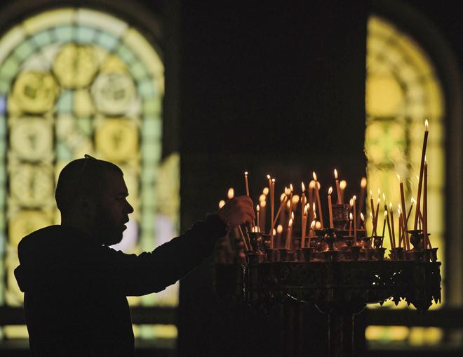 VAS2 SOFÍA (BULGARIA), 14/04/2017.- Un búlgaro ortodoxo enciende velas con motivo del Viernes Santo en la Catedral de Alexander Nevski de Sofía, Bulgaria, hoy, 14 de abril de 2017. El Viernes Santo recuerda la muerte de Cristo crucificado y constituye el núcleo central de la Semana Santa. EFE/VASSIL DONEV