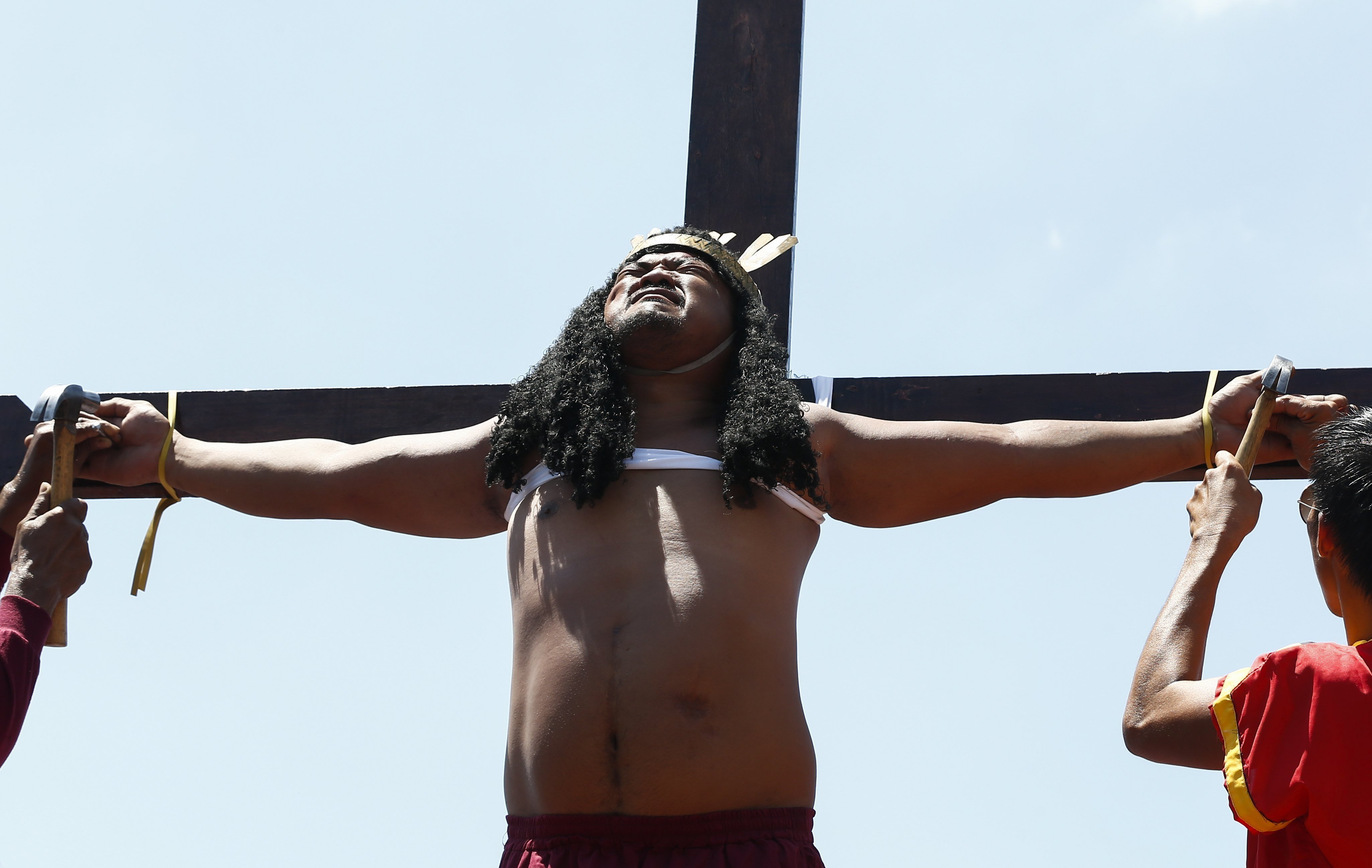 ROL09 MALOLOS (FILIPINAS) 14/04/2017.- Un penitente filipino es crucificado en público para recordar el sufrimiento de Cristo durante la celebración del Viernes Santo en el norte de Manila (Filipinas), hoy, 14 de abril de 2017. EFE/Rolex Dela Pena