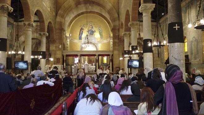 """GRA057. EL CAIRO, 14/04/2017.- Los atentados del pasado Domingo de Ramos en dos catedrales del norte de Egipto, que causaron 46 muertos, no han espantado a los fieles de las iglesias, sino que les han alentado a participar """"más que antes"""" en las misas de Semana Santa. En la imagen, vista de la iglesia de San Pedro, en el complejo de la catedral de El Cairo, en el barrio de Al Abasiya, donde cientos de cristianos se han acercado a participar en las oraciones, a pesar de que ese mismo templo fue blanco de otro ataque terrorista el pasado diciembre, que dejó una treintena de muertos, la mayoría mujeres y niñas. EFE/Azza Guergues"""