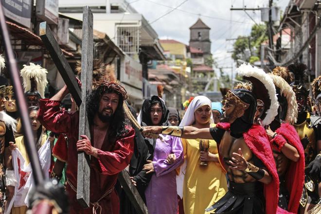 ROL05 BOAC (FILIPINAS) 14/04/2017.- Filipinos representan el Vía Crucis durante con motivo de la celebración del Viernes Santo en la ciudad de Boac, en la isla de Marinduque (Filipinas), hoy, 14 de abril de 2017. EFE/Basilio H. Sepe