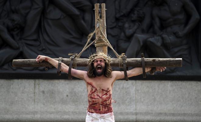 WOL002 LONDRES (REINO UNIDO) 14/04/2017.- Recreación de la Pasión de Jesús en Trafalgar Square para celebrar el Viernes Santo en el centro de Londres (Reino Unido) hoy, 14 de abril de 2017. EFE/Will Oliver