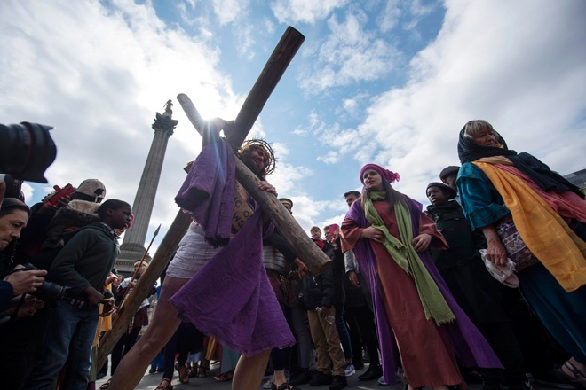 WOL007 LONDRES (REINO UNIDO) 14/04/2017.- Recreación de la Pasión de Jesús en Trafalgar Square para celebrar el Viernes Santo en el centro de Londres (Reino Unido) hoy, 14 de abril de 2017. EFE/Will Oliver