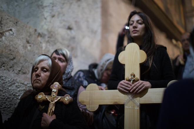 ATS23 JERUSALÉN (ISRAEL) 14/04/2017.- Varias creyentes cristianas asisten a una oración en la Iglesia del Santo Sepulcro tras particpar en una procesión de Viernes Santo por la Vía Dolorosa en el casco viejo de Jerusalén (Israel) hoy, 14 de abril de 2017. EFE/Atef Safadi
