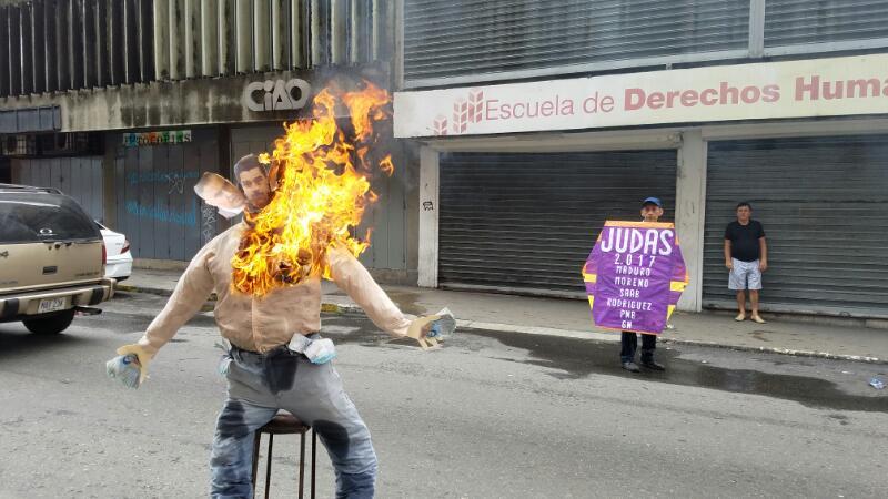 En la candelaria quemaron un Judas con cabezas de varios oficialistas. Foto: Manuel Trujillo