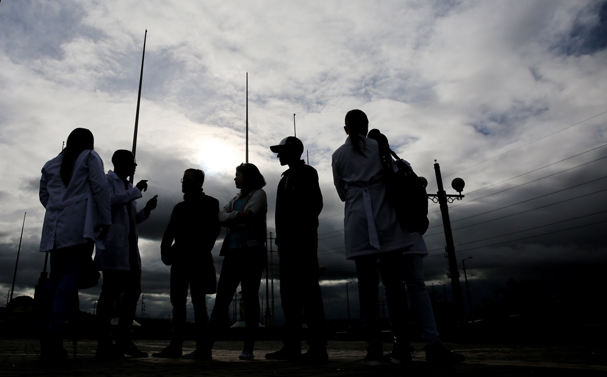 BOG202. BOGOTÁ (COLOMBIA), 17/04/2017. Fotografía del 16 de abril de 2017, de un grupo de médicos cubanos reunidos en la Plaza de Banderas al sur de Bogotá (Colombia). Alrededor de 180 cubanos, que formaban parte de las misiones médicas que ese país tiene en Venezuela, aguardan en la capital colombiana adonde llegaron tras desertar en el vecino país con la esperanza de que EE.UU. les conceda una visa. EFE/LEONARDO MUÑOZ