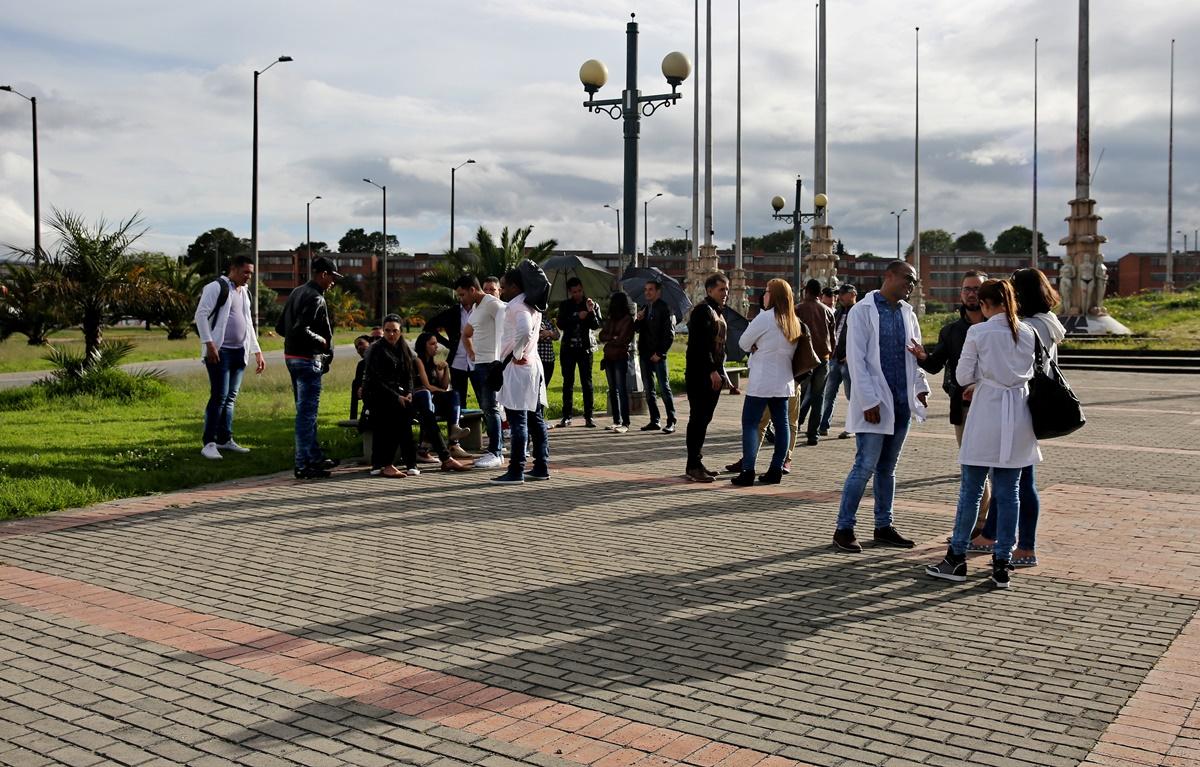 BOG203. BOGOTÁ (COLOMBIA), 17/04/2017. Fotografía del 16 de abril de 2017, de un grupo de médicos cubanos reunidos en la Plaza de Banderas al sur de Bogotá (Colombia). Alrededor de 180 cubanos, que formaban parte de las misiones médicas que ese país tiene en Venezuela, aguardan en la capital colombiana adonde llegaron tras desertar en el vecino país con la esperanza de que EE.UU. les conceda una visa. EFE/LEONARDO MUÑOZ