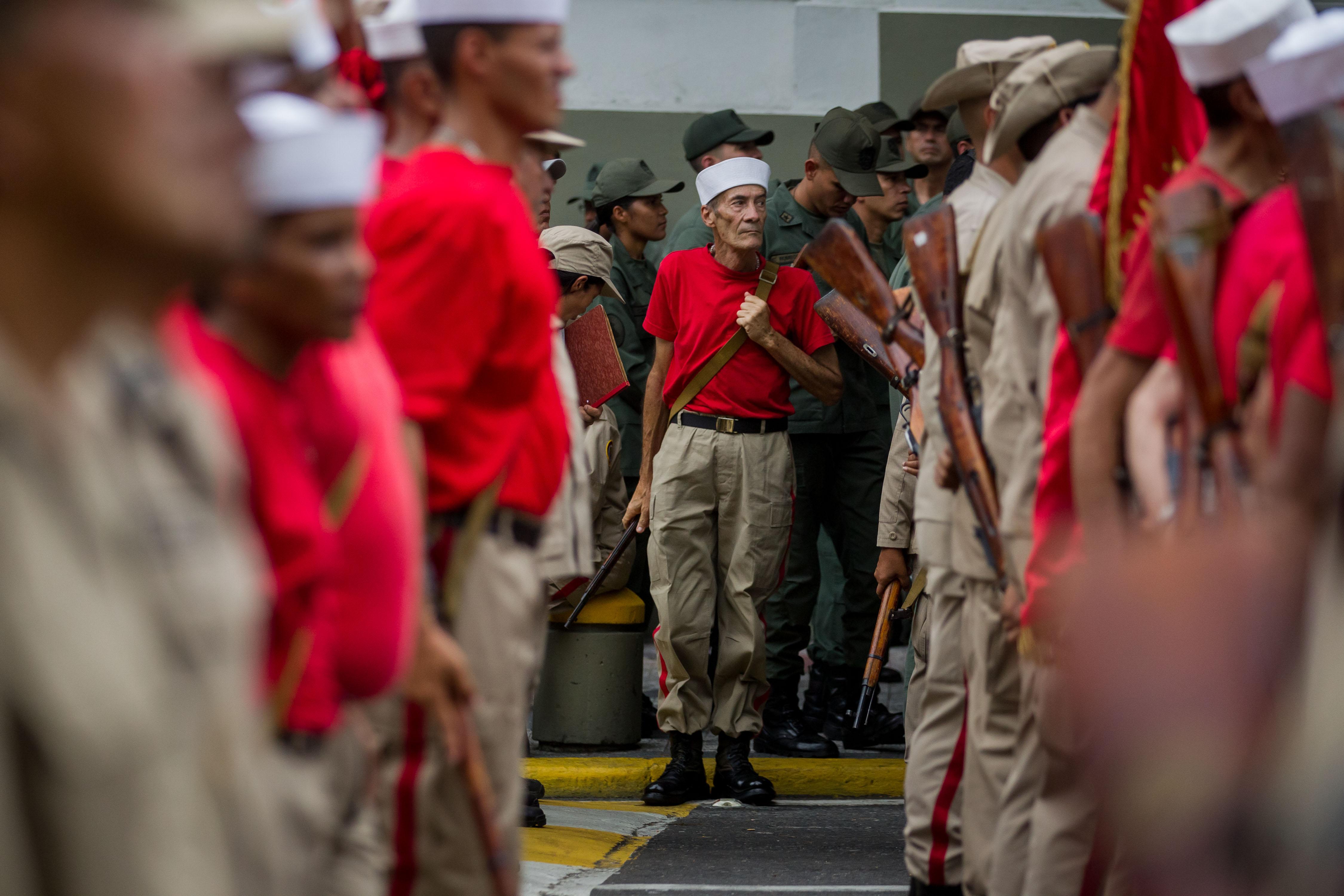 """CAR40. CARACAS (VENEZUELA), 17/04/2017 - Militares venezolanos participan en un desfile hoy, lunes 17 de abril de 2017, en Caracas (Venezuela). Las Fuerzas Armadas de Venezuela ratificaron hoy su apoyo incondicional al presidente, Nicolás Maduro, ante lo que consideran una """"coyuntura crucial"""" debido a los """"actos de violencia"""" durante las protestas opositoras, parte de una """"agenda criminal"""" que amenaza la """"paz y estabilidad"""" del país. EFE/MIGUEL GUTIÉRREZ"""
