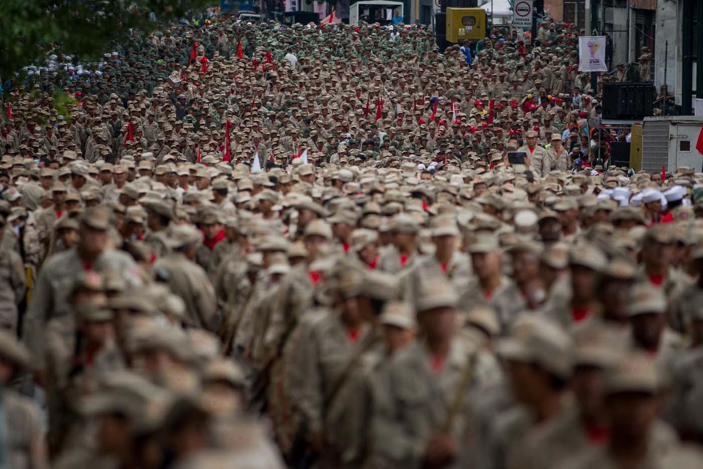 """CAR42. CARACAS (VENEZUELA), 17/04/2017 - Miembros de la Fuerza Armada Nacional Bolivariana (FANB) marchan desarmados hoy, lunes 17 de abril de 2017, para conmemorar el séptimo aniversario de la milicia en Caracas (Venezuela). Las Fuerzas Armadas de Venezuela ratificaron hoy su apoyo incondicional al presidente, Nicolás Maduro, ante lo que consideran una """"coyuntura crucial"""" debido a los """"actos de violencia"""" durante las protestas opositoras, parte de una """"agenda criminal"""" que amenaza la """"paz y estabilidad"""" del país. EFE/MIGUEL GUTIÉRREZ"""