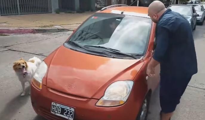 Mujer es humillada en plena calle al intentar abandonar a su perro