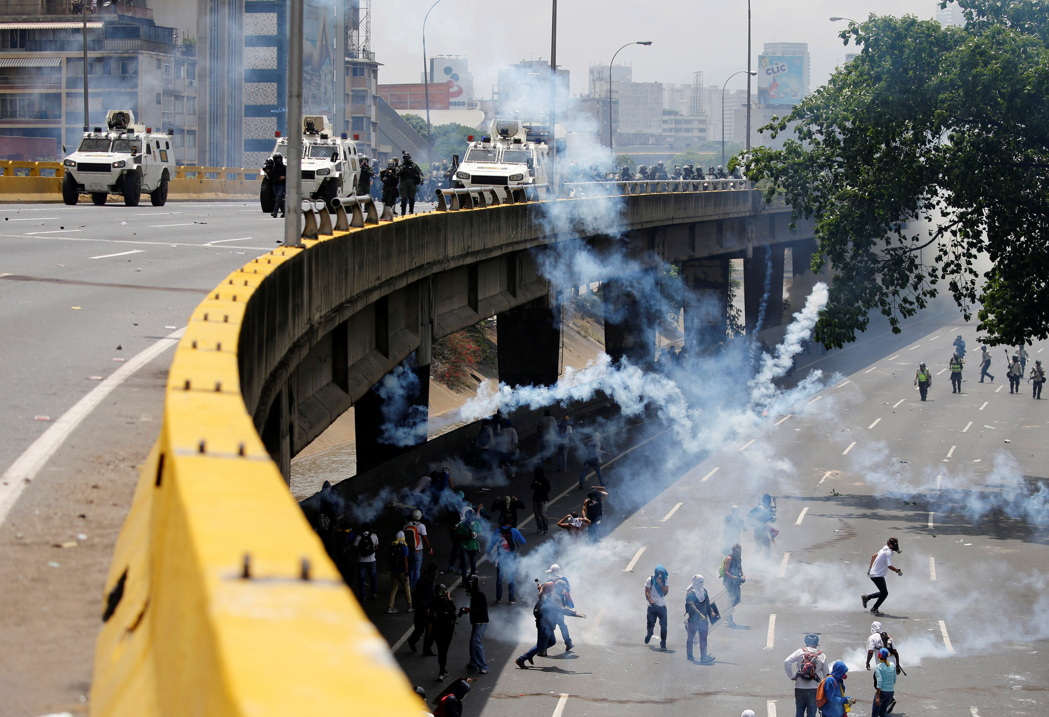 "Demonstrators clash with riot police during the so-called ""mother of all marches"" against Venezuela's President Nicolas Maduro in Caracas, Venezuela April 19, 2017. REUTERS/Carlos Garcia Rawlins"