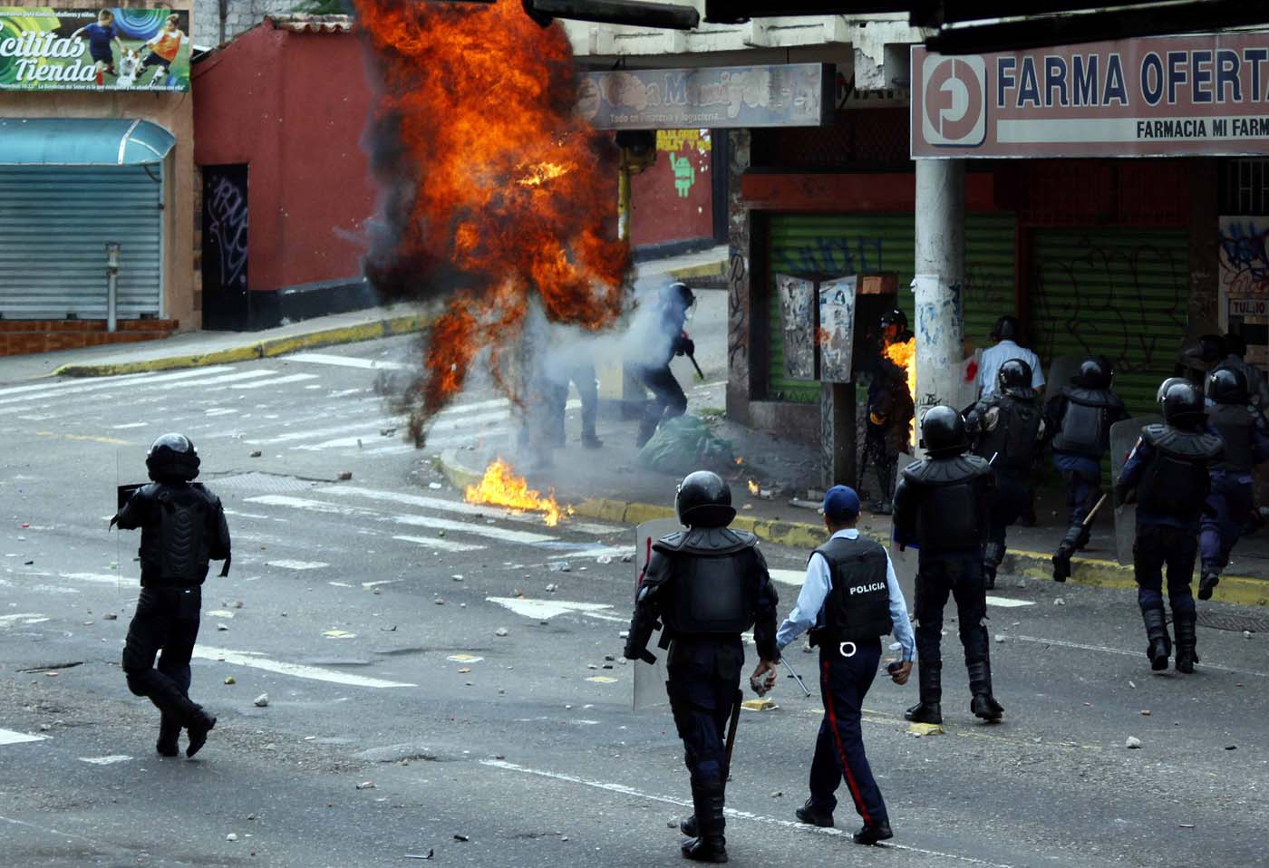 Opposition supporters clash with police during protests against unpopular leftist President Nicolas Maduro in San Cristobal, Venezuela April 19, 2017. REUTERS/Carlos Eduardo Ramirez