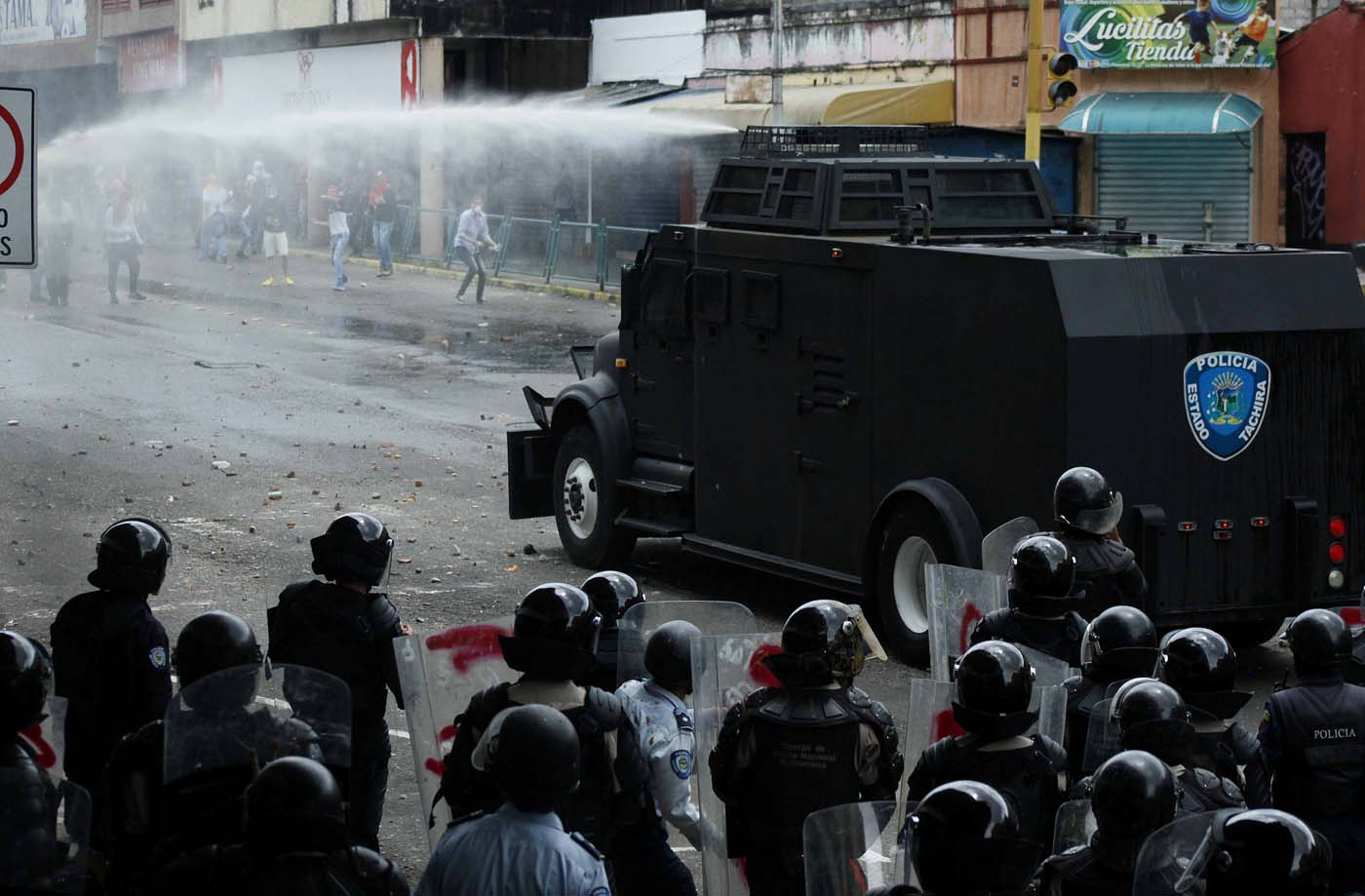 Opposition supporters clash with police during protests against unpopular leftist President Nicolas Maduro in San Cristobal, Venezuela April 19, 2017. REUTERS/Carlos Eduardo Ramirez