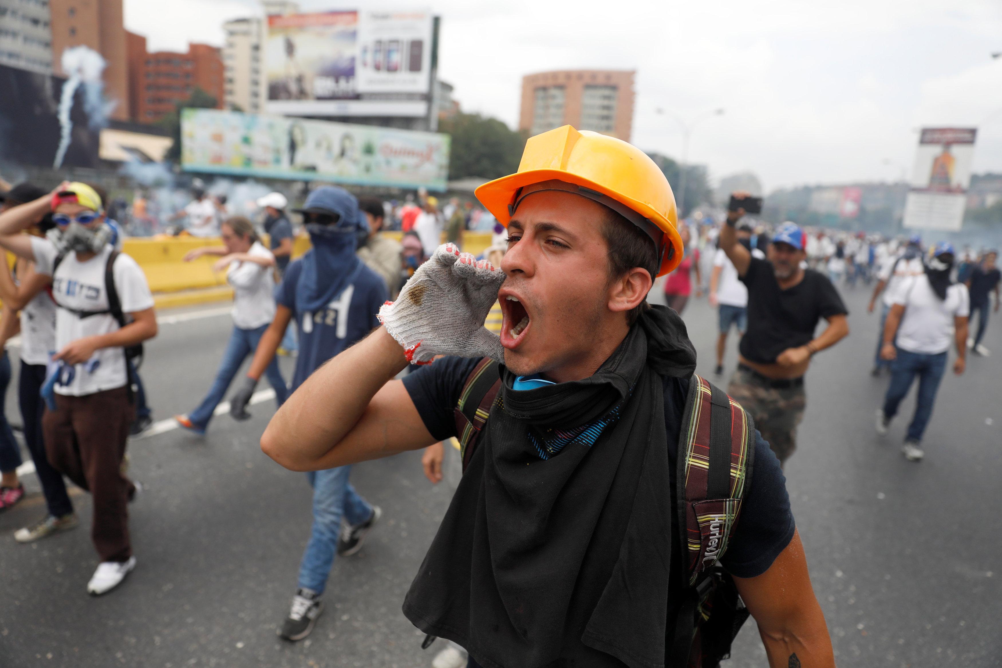 Opposition supporters rally against Venezuela's President Nicolas Maduro in Caracas, Venezuela, April 20, 2017. REUTERS/Carlos Garcia Rawlins