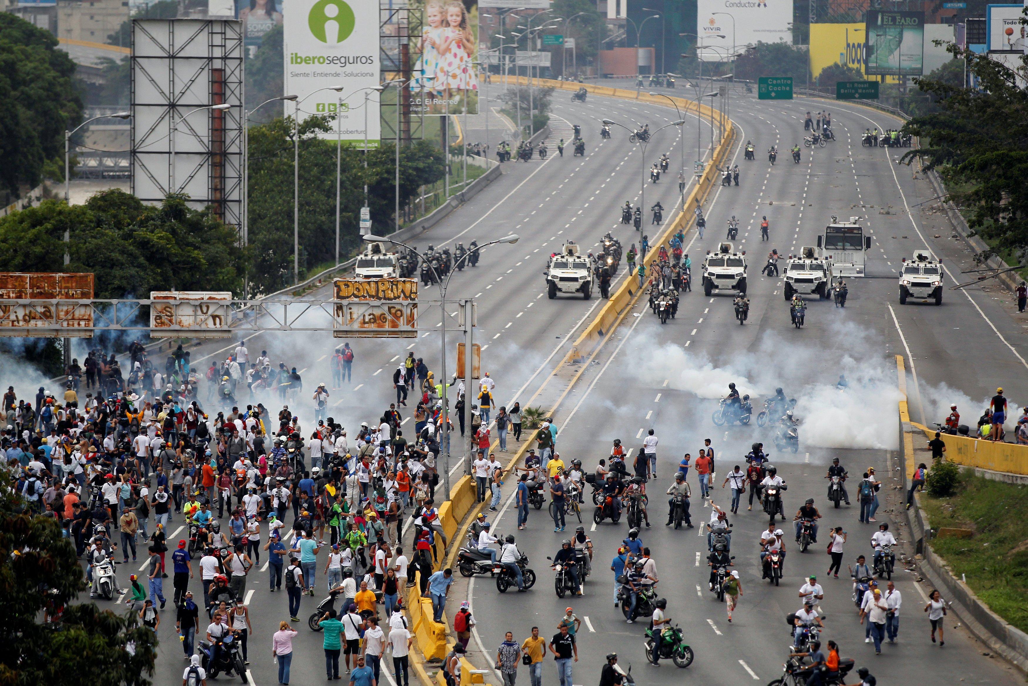 Represión a manifestantes en la autopista Francisco Fajardo este 20 de abril. REUTERS/Christian Veron