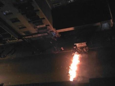 Una barricada fue encendida en una de las calles de La Candelaria. Foto: @DanielJose04