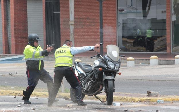 Los funcionarios se quedaron sin bombas lacrimógenas y sacaron sus armas de reglamento para usarla contra los manifestantes. (Fotos: Carlos Sosa)