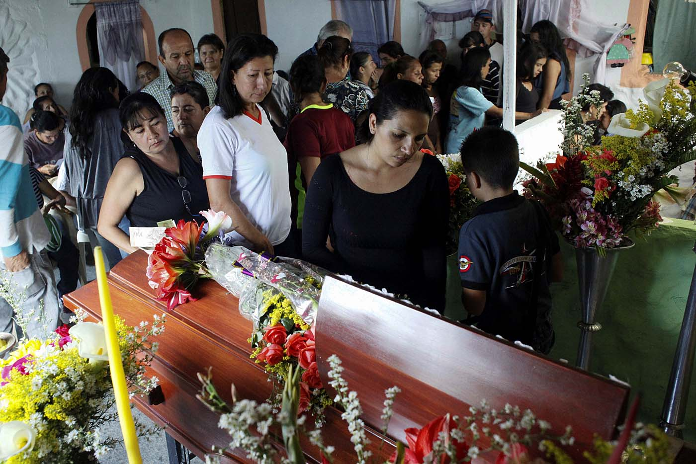Mourners look at the coffin of Paola Ramirez, a student who died during a protest, in her wake in San Cristobal, Venezuela April 20, 2017. REUTERS/Carlos Eduardo Ramirez