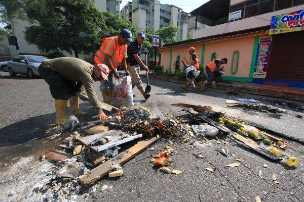 En la avenida principal de Pirineos, cuadrillas de la Alcaldía realizaron la remoción de escombros. (Foto/Jorge Castellanos)