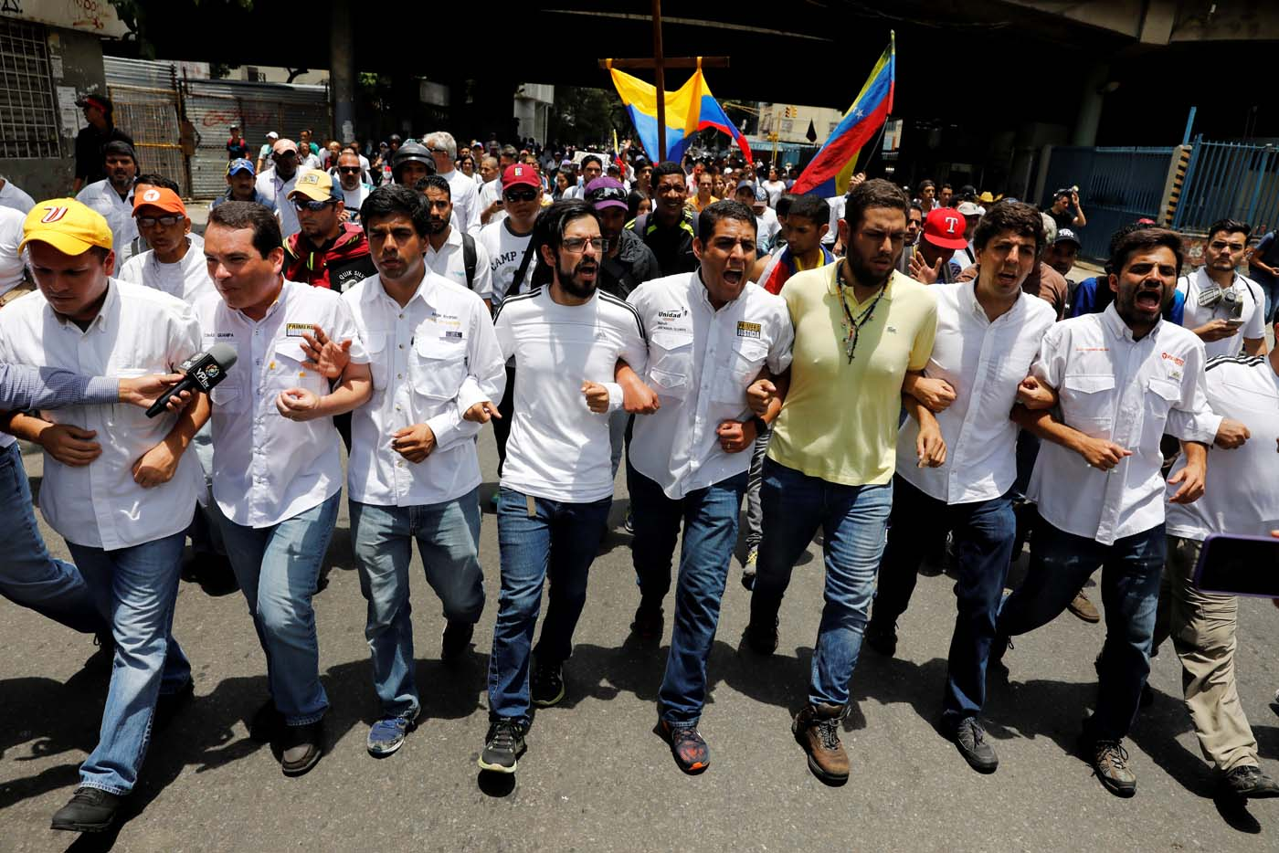 Lawmakers and political leaders take part in a rally to honour victims of violence during a protest against Venezuela's President Nicolas Maduro's government in Caracas, Venezuela, April 22, 2017. REUTERS/Carlos Garcia Rawlins