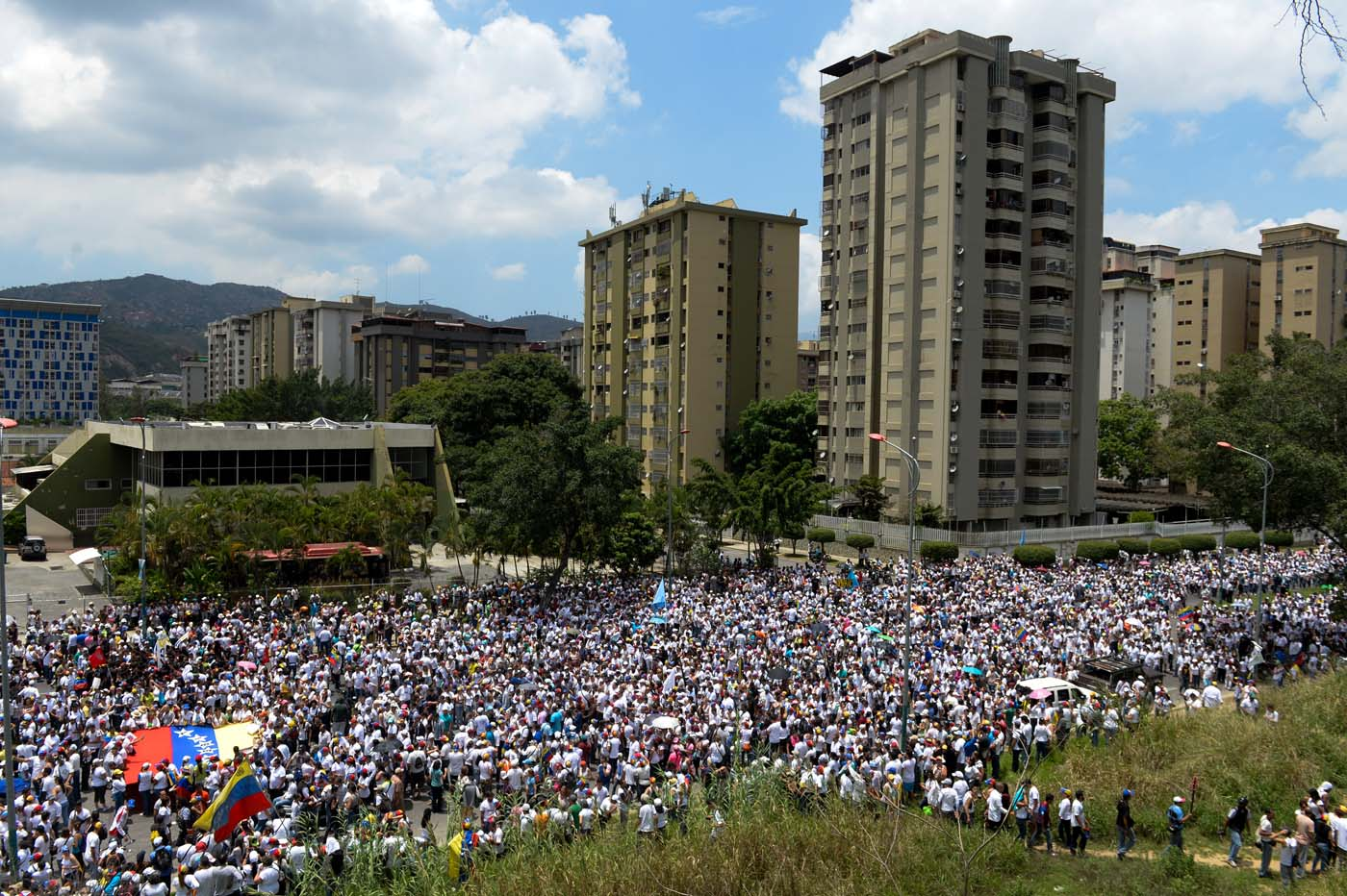 "Venezuelan opposition activists march in a quiet show of condemnation of the government of President NIcolas Maduro, in Caracas, on April 22, 2017. Venezuelans gathered Saturday for ""silent marches"" against President Nicolas Maduro, a test of his government's tolerance for peaceful protests after three weeks of violent unrest that has left 20 people dead. / AFP PHOTO / FEDERICO PARRA"