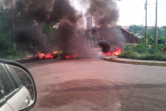 GNB impidió protesta en el Puente Macuto de Barquisimeto y se enfrentó a manifestantes este #24A