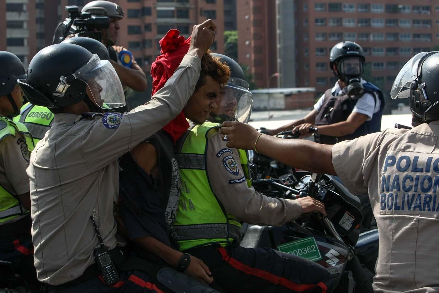 """CAR01. CARACAS (VENEZUELA), 24/04/2017 - Efectivos de la Policía Nacional Bolivariana detienen a un manifestante hoy, lunes 24 de abril de 2017, en Caracas (Venezuela). Centenares de venezolanos en varias ciudades del país comenzaron a concentrarse para la protesta convocada por la oposición denominada """"Venezuela se planta contra la dictadura"""", con la que han llamado a manifestarse en contra del Gobierno de Nicolás Maduro. EFE/CRISTIAN HERNANDEZ"""