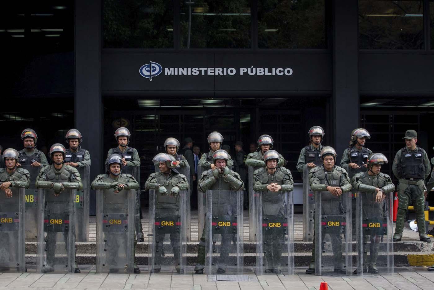 -FOTODELDIA- CAR01. CARACAS (VENEZUELA), 25/04/2017 - Miembros de la Guardia Nacional Bolivariana (GNB) resguarda la entrada del Ministerio Público hoy, martes 25 de abril de 2017, en Caracas (Venezuela). Un total de 26 personas han muerto por distintas causas en relación con los hechos violentos registrados durante las últimas semanas en Venezuela, en el marco de una ola de protestas oficialistas y opositoras, y actos de vandalismo, informó hoy la fiscal general venezolana, Luisa Ortega Díaz. EFE/MIGUEL GUTIÉRREZ