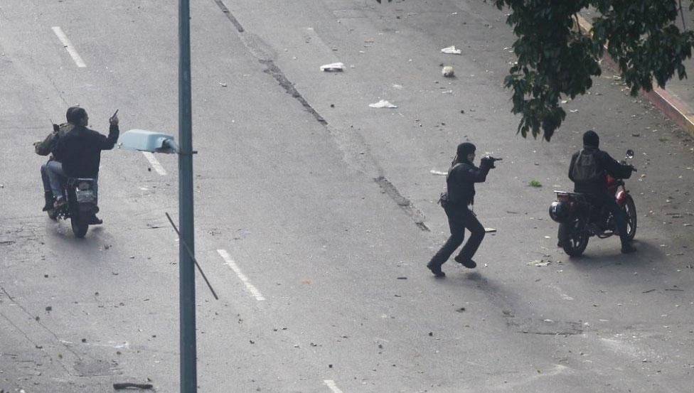 Civiles armados apuntan a manifestantes. R. ROMERO / REUTERS