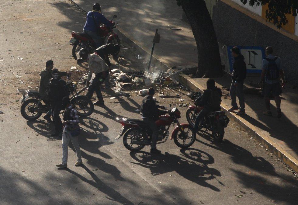 Los miembros de los colectivos comienzan a dirigirse hacia la avenida Libertador de Caracas, en motocicletas -muchas de ellas sin placa- y pistolas en mano. R. R.