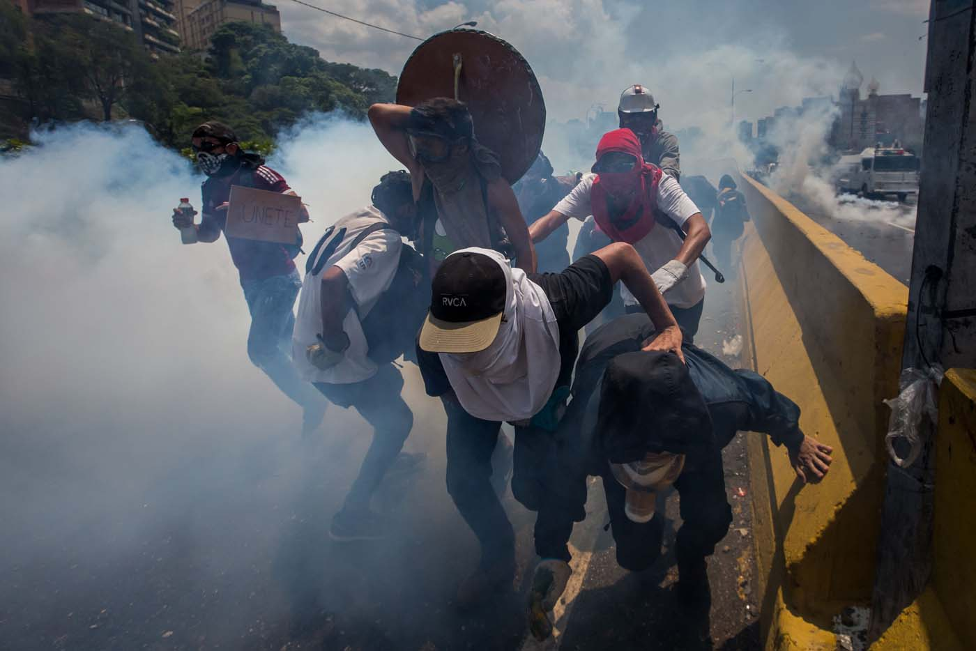 CAR01. CARACAS (VENEZUELA), 26/04/2017.- Venezolanos participan en una manifestación hoy, miércoles 26 de abril de 2017, en Caracas (Venezuela). Las fuerzas de seguridad de Venezuela dispersaron nuevamente algunas de las marchas convocadas por la oposición en Caracas, que pretendían llegar a la sede principal de la Defensoría del Pueblo en el centro de la capital. EFE/MIGUEL GUTIÉRREZ
