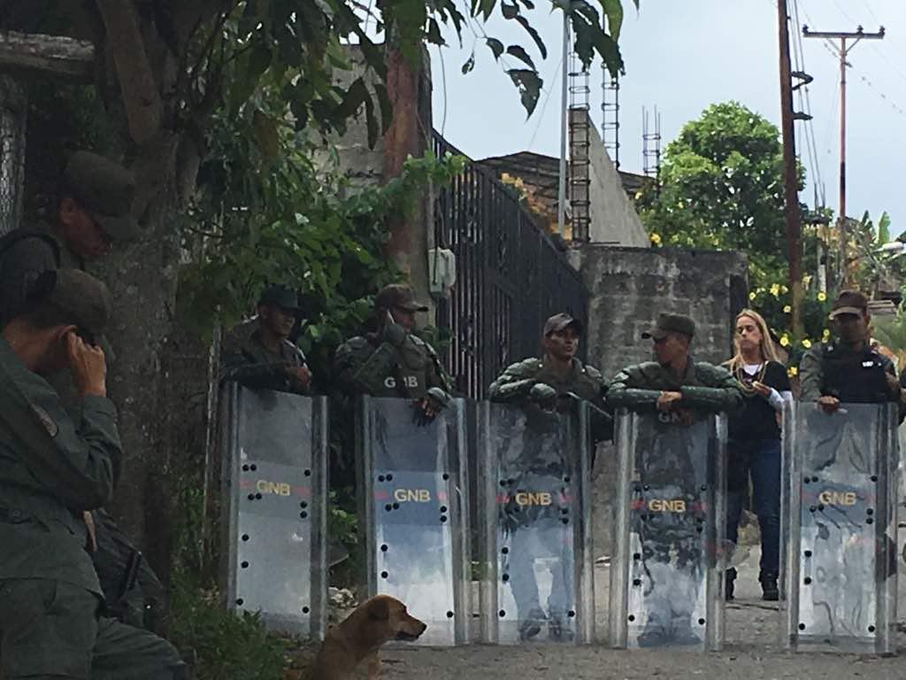 Militares impiden el paso de Lilian Tintori hacia Ramo Verde