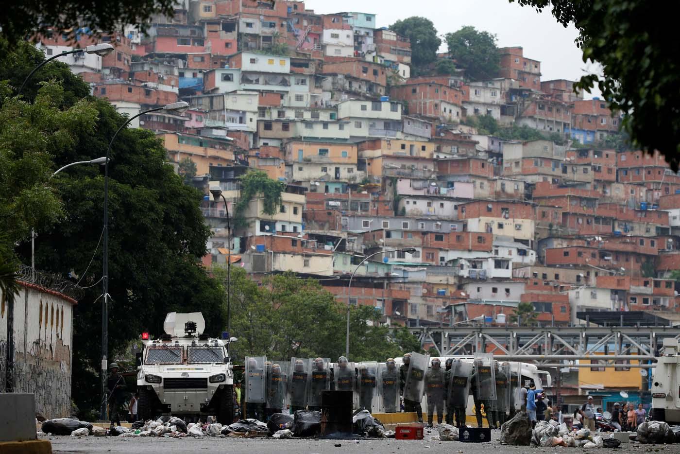 GNB en el puente de La Urbina reprimiendo a manifestantes REUTERS/Carlos Garcia Rawlins TPX IMAGES OF THE DAY