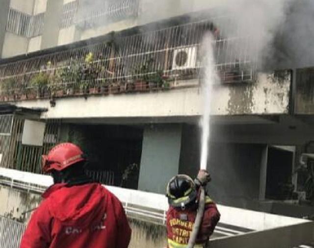 Bomberos atendiendo incendio en Residencias Victoria en El Paraíso / Foto @beatrizgutierre