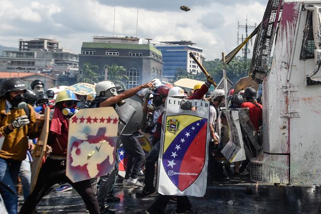 Escuderos de la Libertad en medio de la represión este #10May  / AFP PHOTO / FEDERICO PARRA