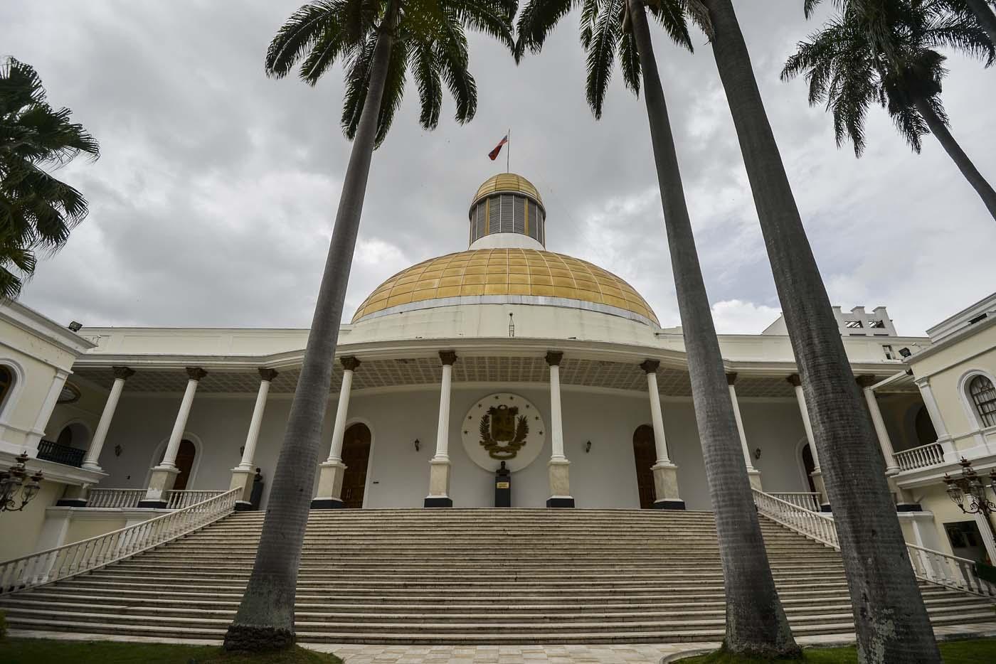 Fachada del Parlamento venezolano. Foto: AFP / Luis Robayo/ Archivo