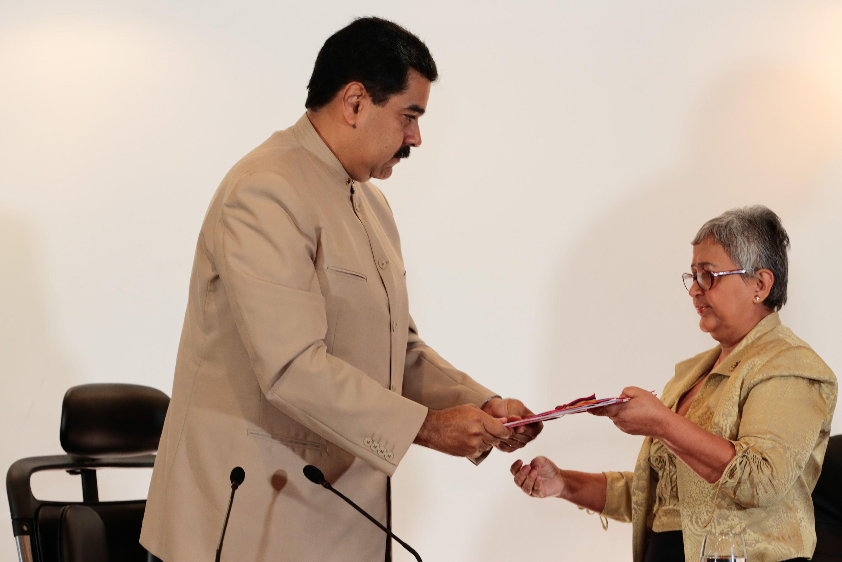 """El presidente de la República, Nicolás Maduro, entregó el pasado miércoles a la presidenta del Consejo Nacional Electoral (CNE), Tibisay Lucena, el decreto que convoca a la Asamblea Nacional Constituyente """"comunal"""". Foto: AVN"""