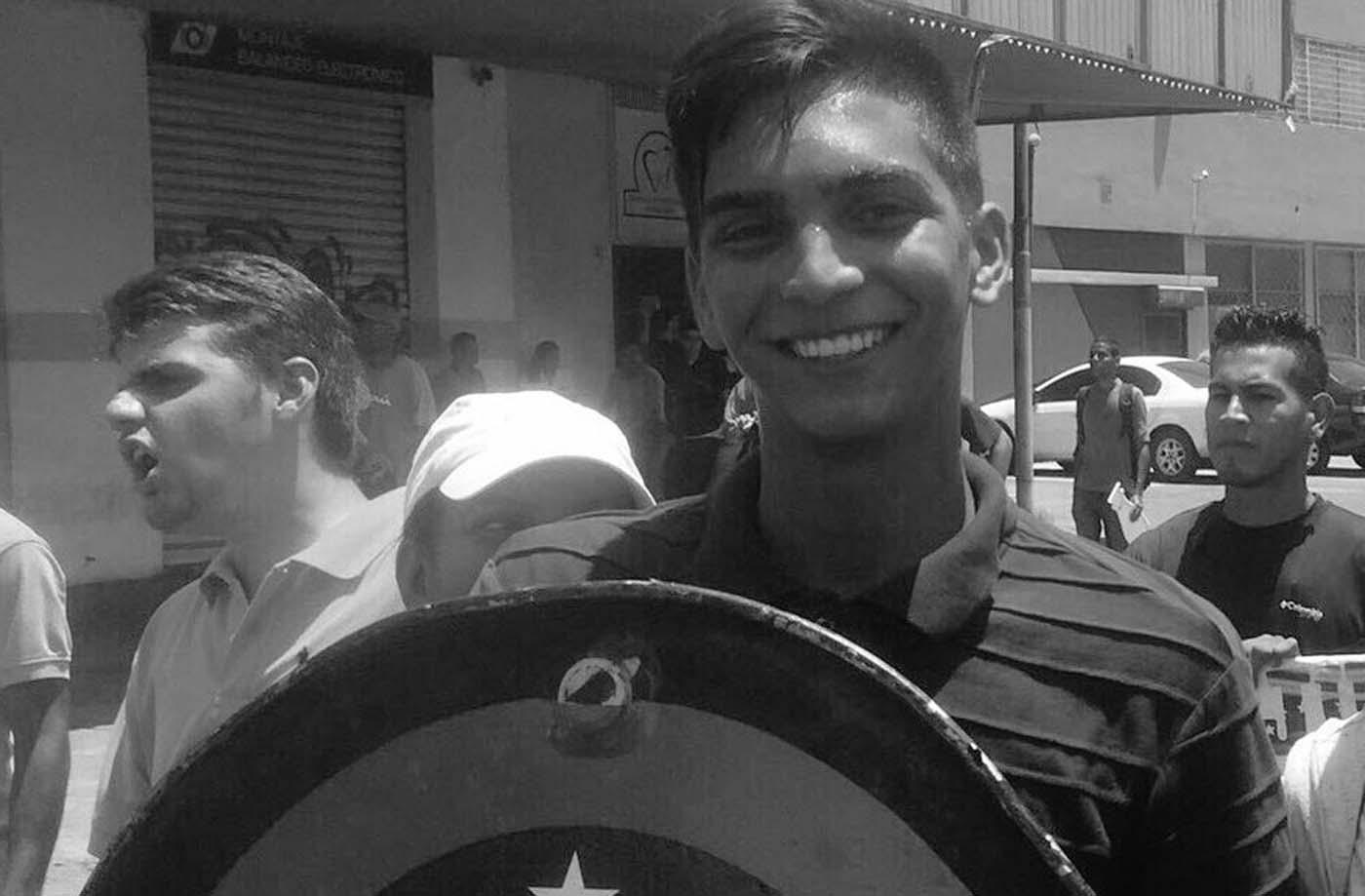 El joven, César Pereira falleció luego de haber sido impactado el pasado sábado con metras en el abdomen. Foto: @ArmandoArmas