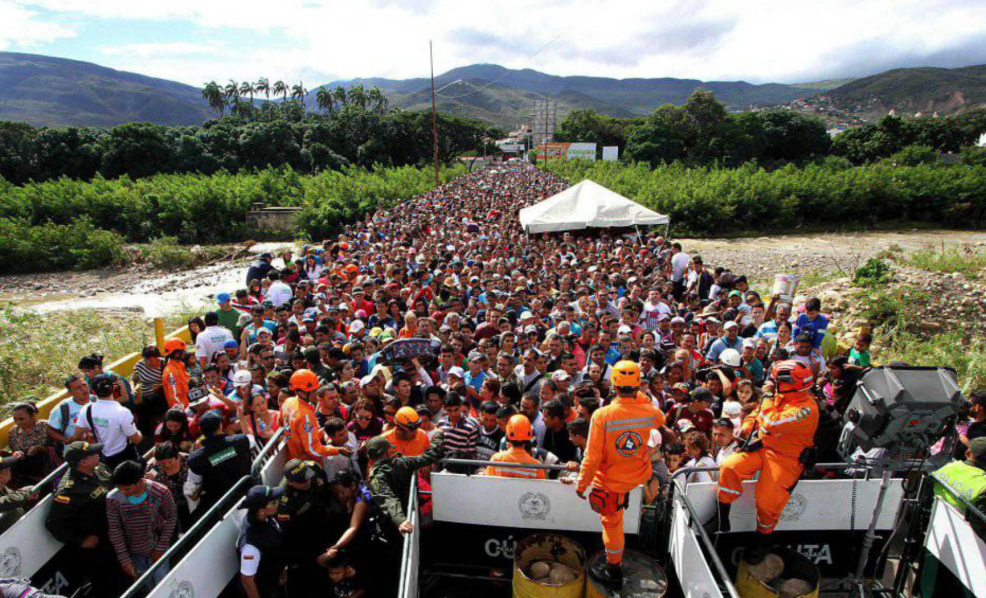 Miles de venezolanos cruzaban la frontera hacia Colombia, en julio del año pasado. GEORGE CASTELLANO AFP